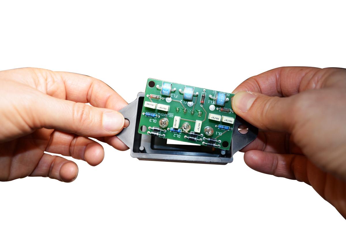 stampaggio-ad-iniezione-di-materie-plastiche-lavorazione-costruzione-produzione-stampi-in-plastica_montaggio-e-assemblaggio-particolare
